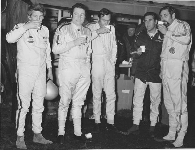 Alcuni piloti del Rally di Gran Bretagna del 1969 (notare le scarpe!): da sinistra, Johnstone Syer, Paddy Hopkirk, Gunnar Palm, Brian Culcheth e Tony Nash