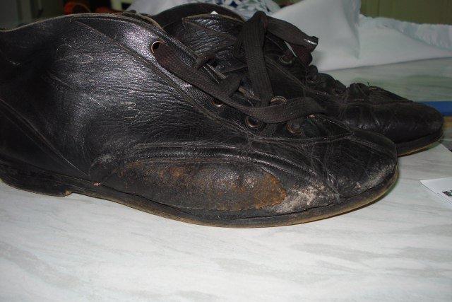 Le scarpe originali realizzate da Ciccio nel '66 per Nanni Galli: si tratta di un modello evoluto rispetto al primo, in cui al posto di alcune cuciture l'artigiano aveva utilizzato la colla, che però si era staccata a causa delle temperature raggiunte nell'abitacolo